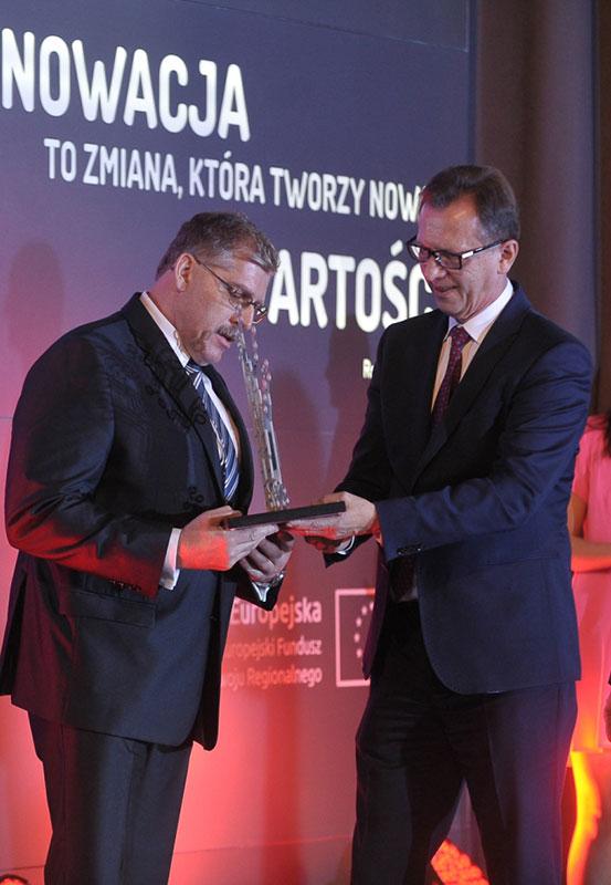 Marszałek Jacek Krupa wręcza Nagrodę