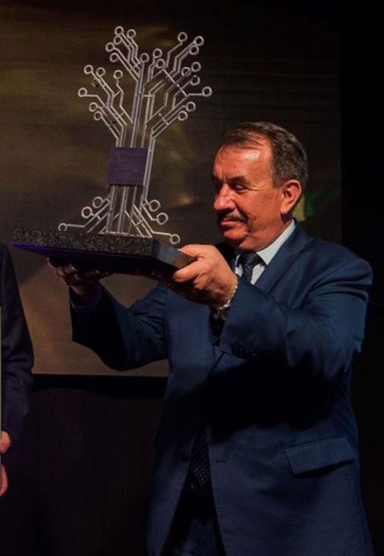 Marszałek Wojciech Kozak ze statuetką